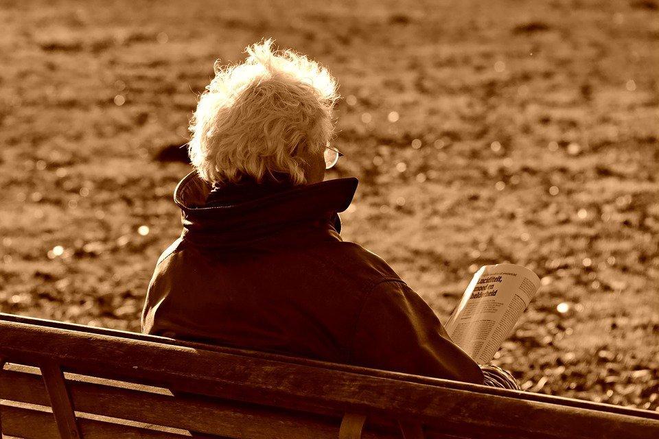 Un personne âgé avec un journal. | Photo : Pixabay