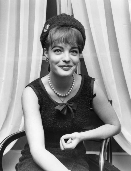 Romy Schneider assiste à une conférence de presse à Londres. | Photo : Getty Images