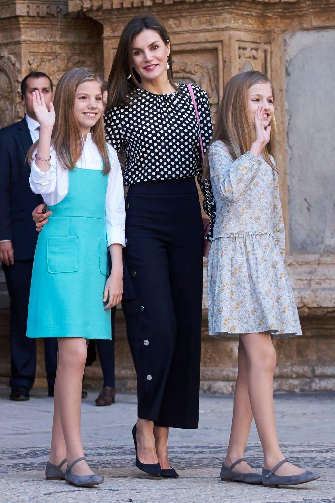 La reina Letizia de España (C), la princesa Sofía de España (I) y la princesa Leonor de España (D), en la misa de Pascua, el 1 de abril de 2018, en Palma de Mallorca, España. | Imagen: Getty Images