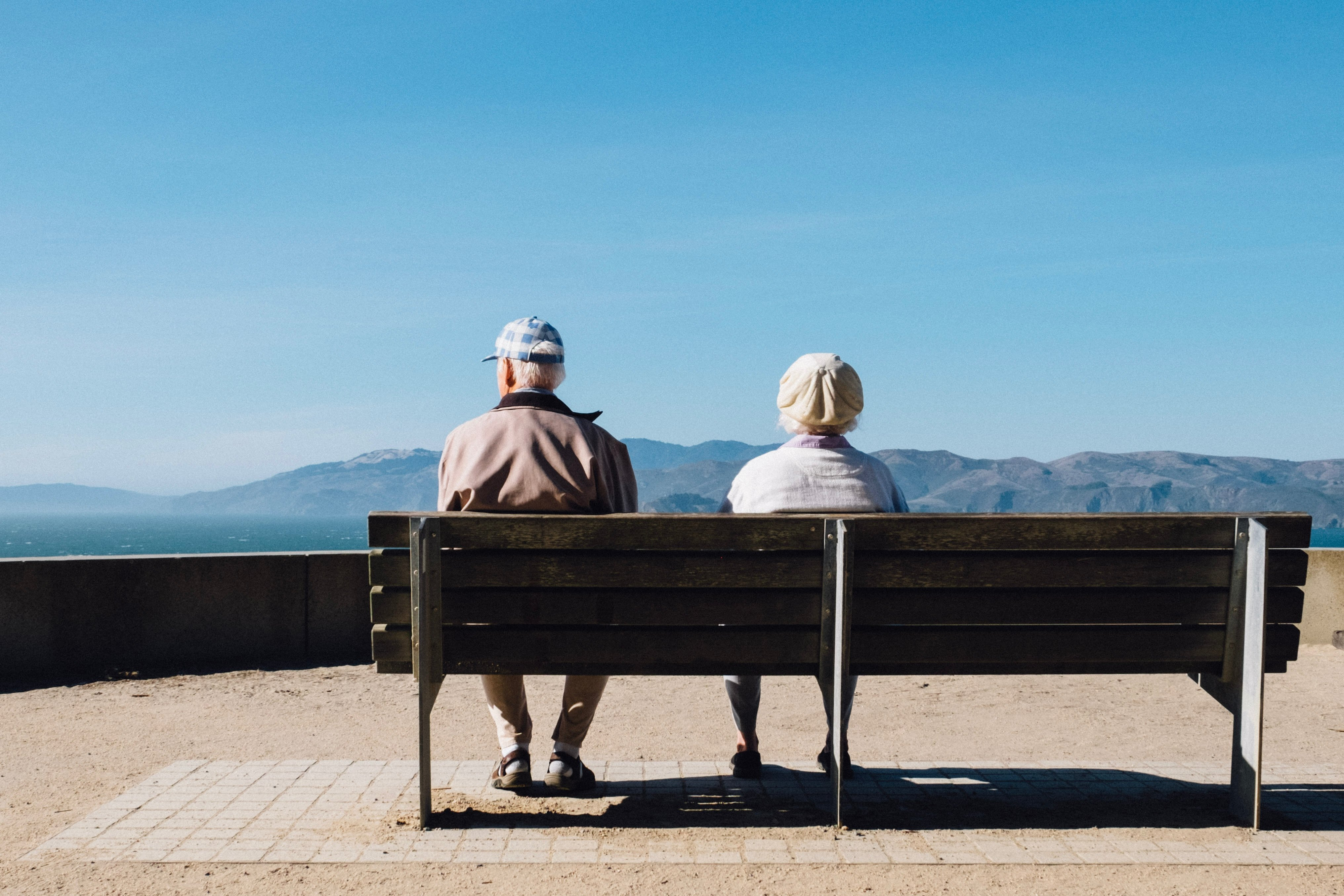 An old couple sitting on a bench | Source: Unsplash.com