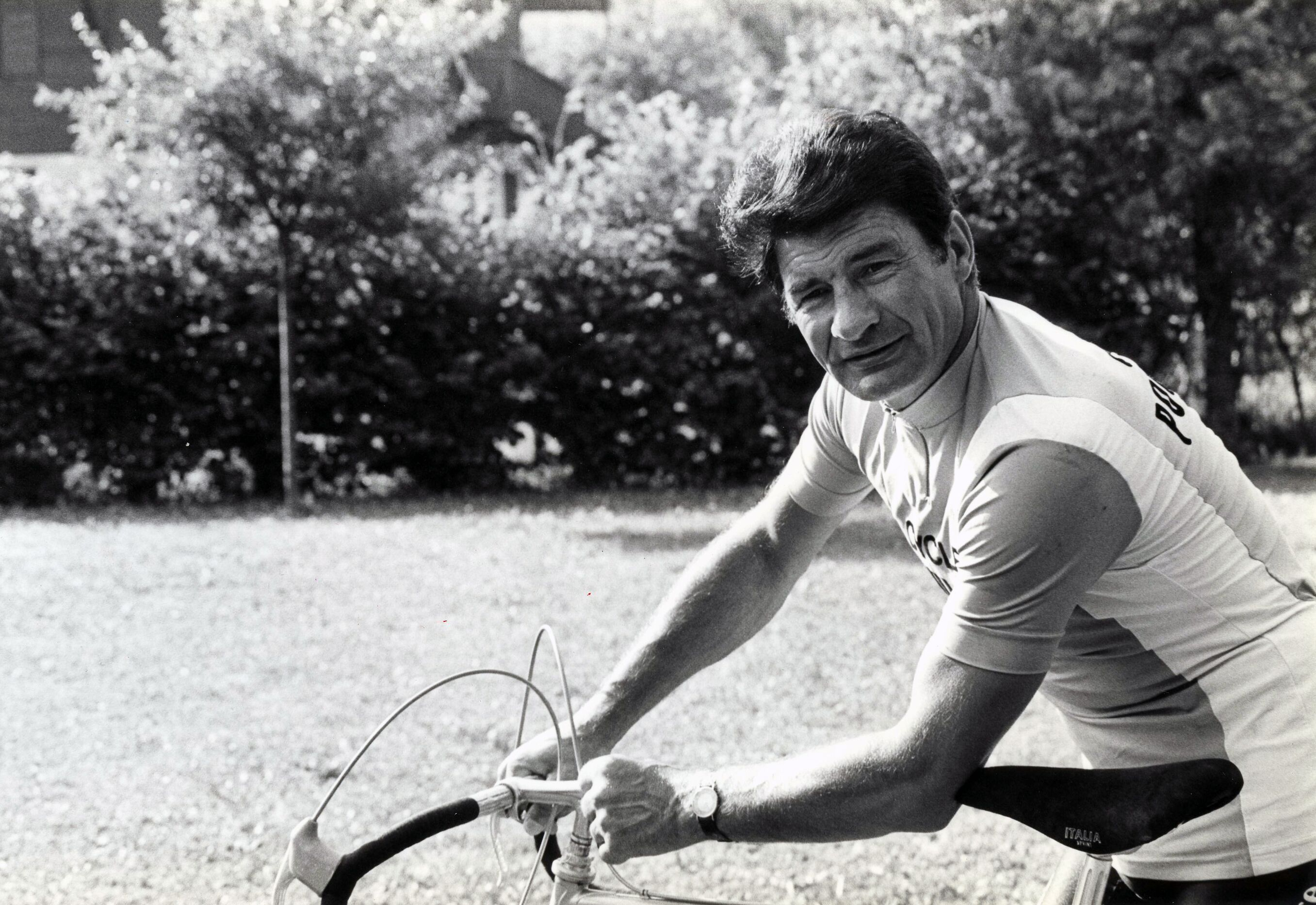Le cycliste Français Raymond Poulidor teste un vélo et la distance entre le guidon et la selle. France, 21/07/1982. (Source : Getty Images)