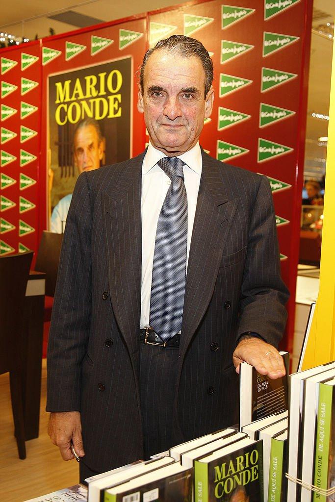 Mario Conde firma copias de su nuevo libro. | Fuente: Getty Images