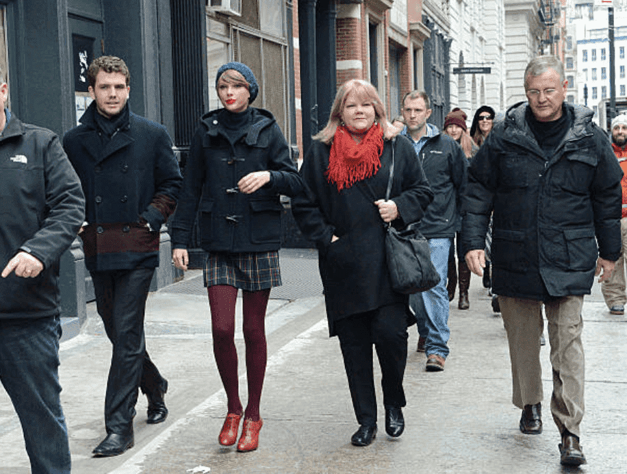 Austin Swift, Taylor Swift, Andrea Finlay, and Scott Swift are caught by paparazzi taking a stroll down the street, on December 22, 2014, New York | Source: Getty Images (Photo by Gardiner Anderson/Bauer-Griffin/GC Images)