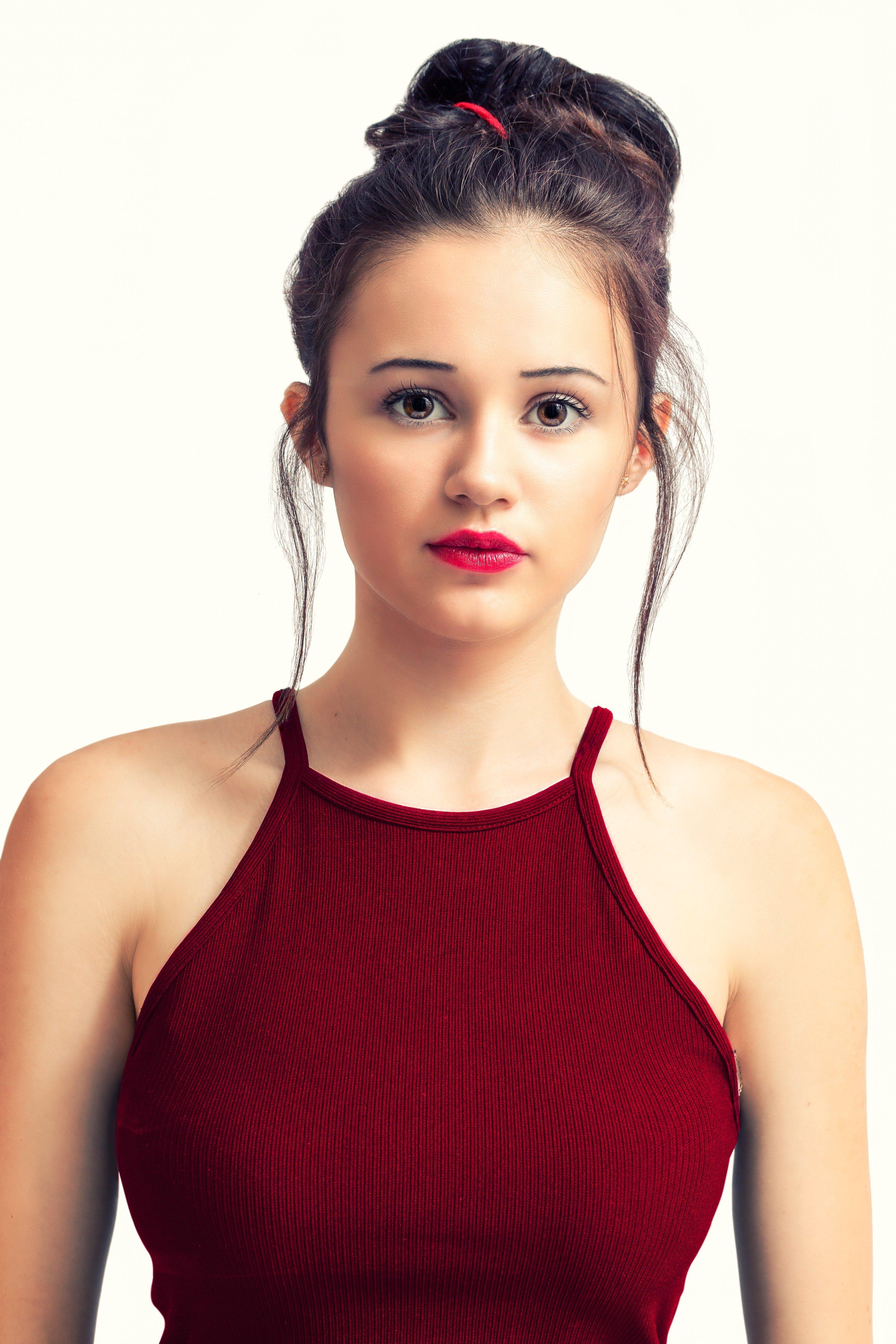 Une jeune femme en rouge. | Source : Pexels