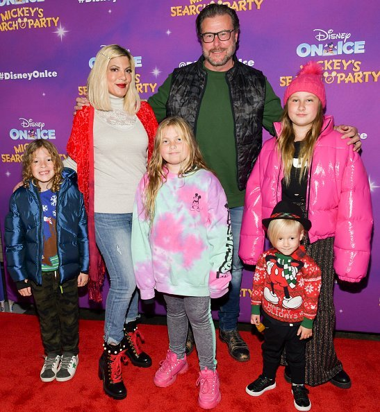 Tori Spelling and her husband Dean McDermott with their children, Finn Davey, Hattie Margaret, Beau Dean, and Doreen at Staples Center on December 13, 2019 in Los Angeles, California. | Photo: Getty Images