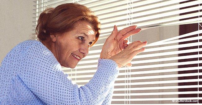 Frau beschwert sich über die dreckige Wäsche der Nachbarin