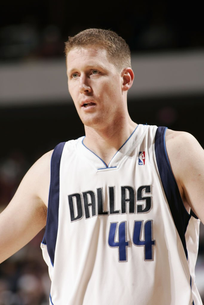 Shawn Bradley #44 of the Dallas Mavericks stands on the court on January 12, 2005 at the American Airlines Center | Photo: Getty Images