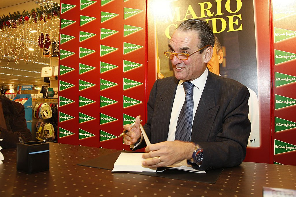 Mario Conde firmando copias de su nuevo libro 'De Aquí se Sale'. | Fuente: Getty Images