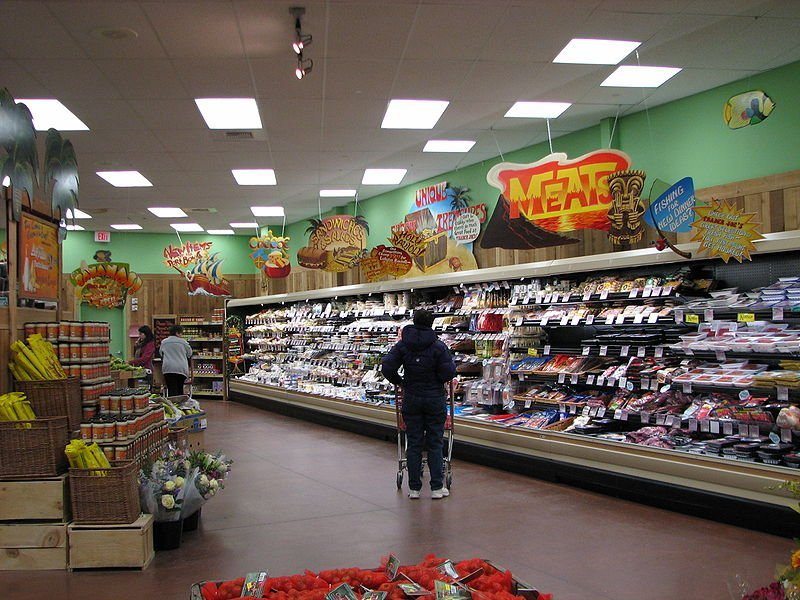 A couple of customers during grocery runs inside a Trader Joe's store located in West Hartford, Connecticut | Photo: Wikimedia Commons