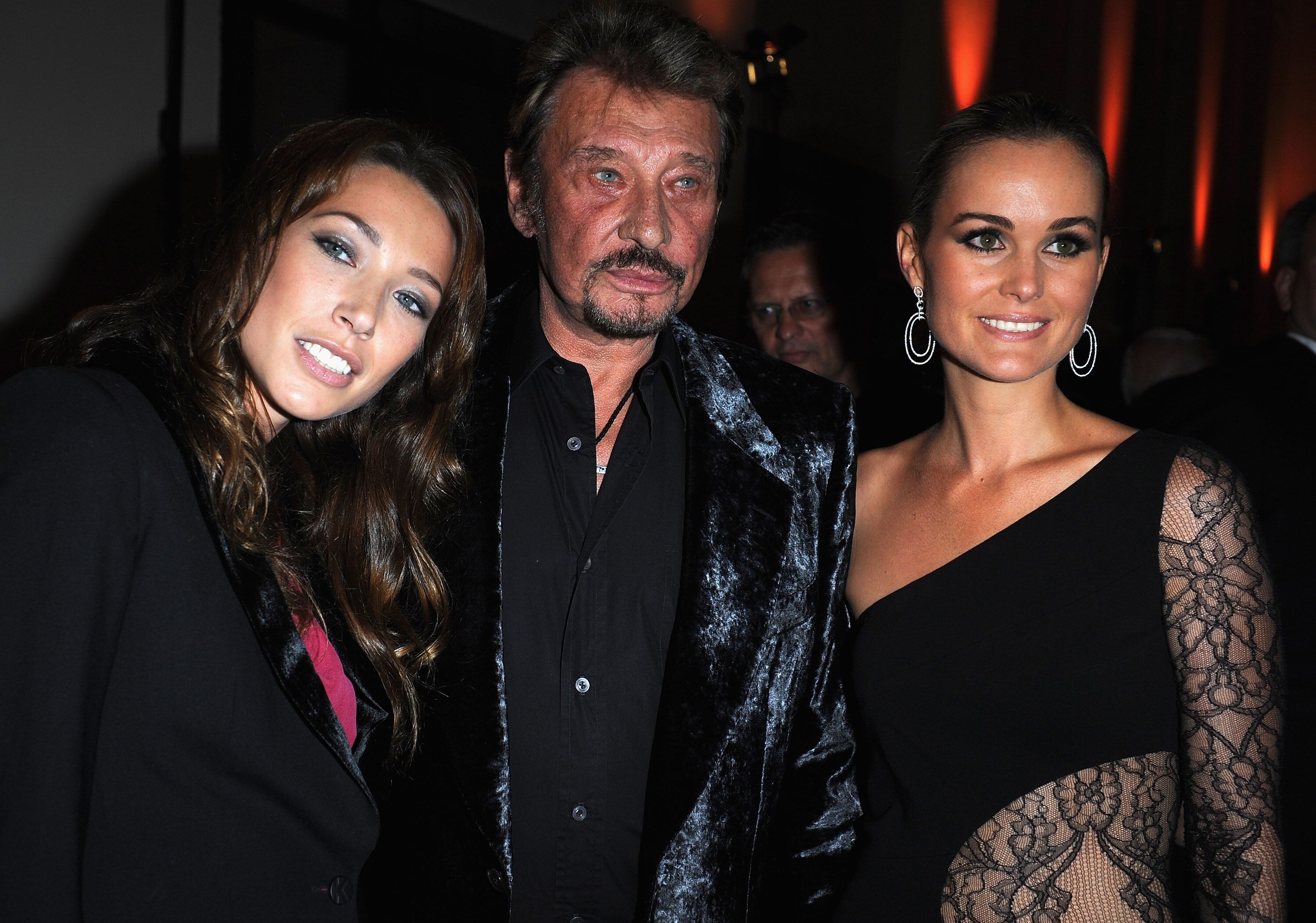Laura Smet, Johnny Hallyday et Laetitia assistent à l'exposition Party de Patrick Demarchelier à Paris, France. | Photo : Getty Images