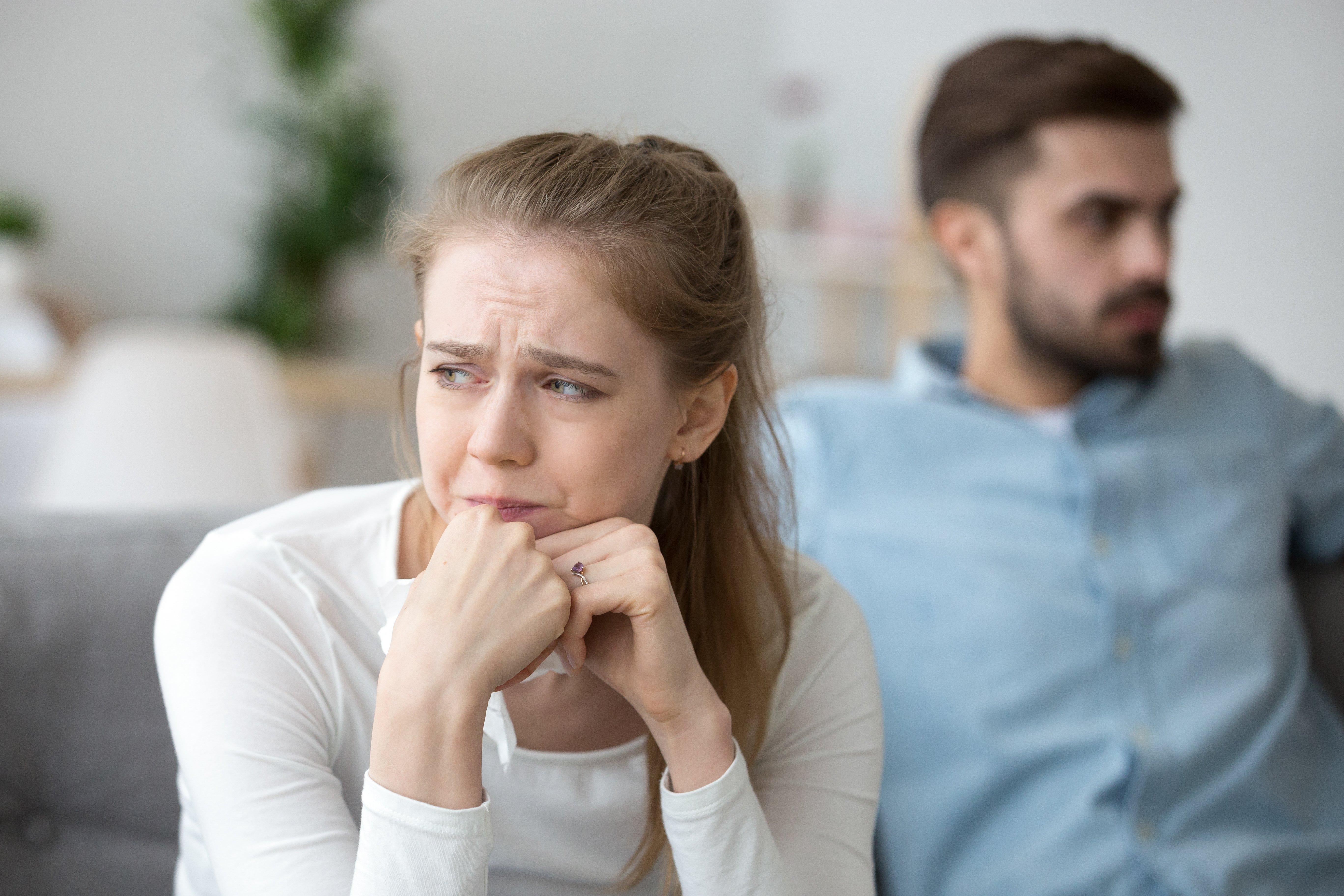 Mujer enojada y un hombre al fondo.   Foto: Shutterstock