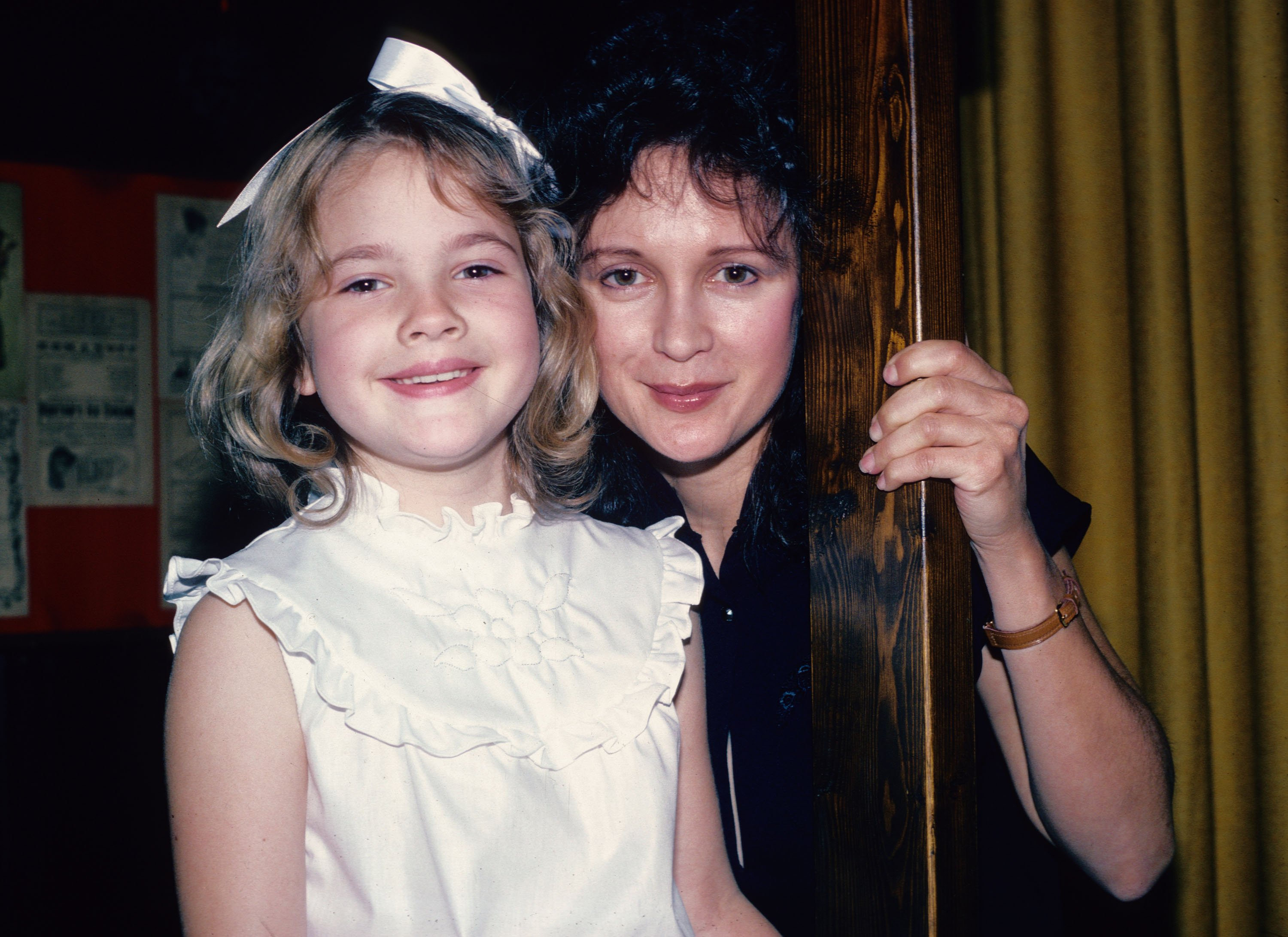 Drew Barrymore poses for a photograph June 8, 1982 with her mother Jaid Barrymore in New York City | Photo: Getty Images