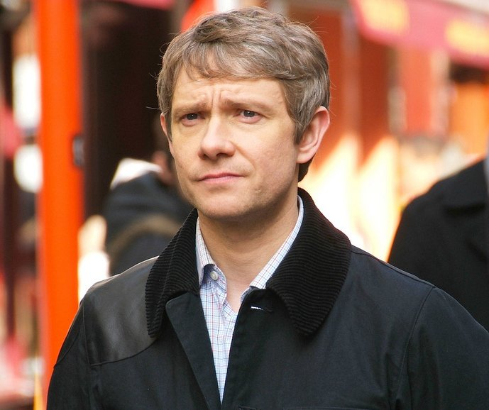 Martin_Freeman_filming_Sherlock.jpg: Fat Les (bellaphon) from London, UKderivative work: RanZag [CC BY 2.0 (https://creativecommons.org/licenses/by/2.0)]