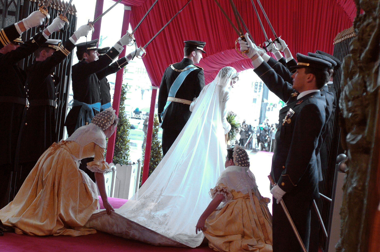 Felipe de Borbón camina junto a su esposa Letizia Ortiz momentos después de casarse en la catedral de Almudena el 22 de mayo de 2004 || Fuente: Getty Images