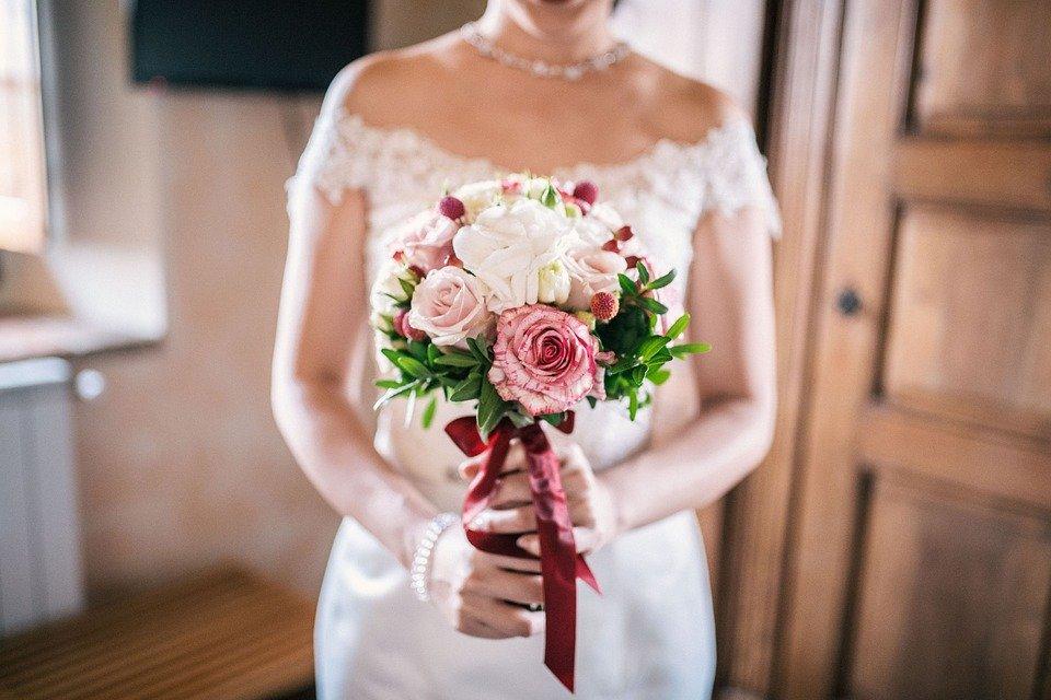 Une mariée au bouquet de fleurs. | Image : Pixabay