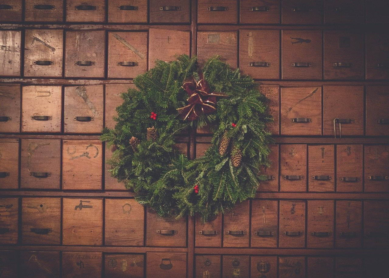 A picture of a Christmas wreath hung on the door. | Photo: Pixabay