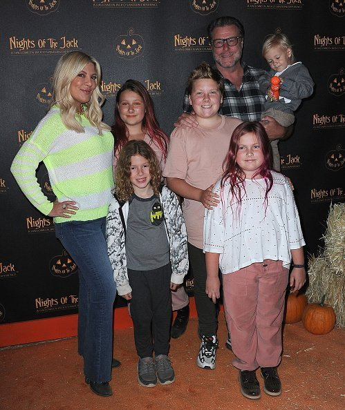Tori Spelling, Dean McDemott and children arrive for Nights Of The Jack Friends & Family VIP Preview Night held at King Gillette Ranch | Photo: Getty Images