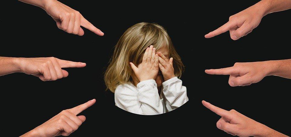 Dedos señalan a una niña. Fuente: Pixabay
