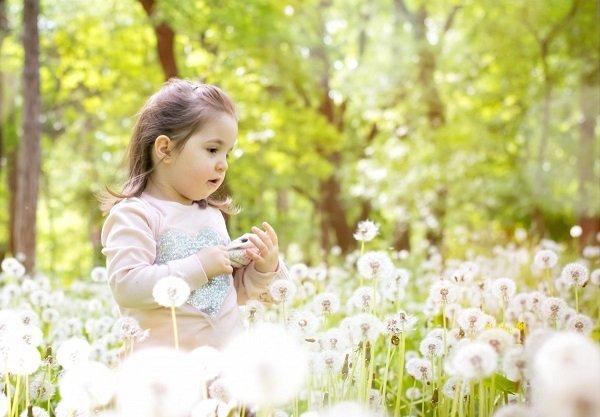 Une petite fille dans la nature. l Source: Pxhere