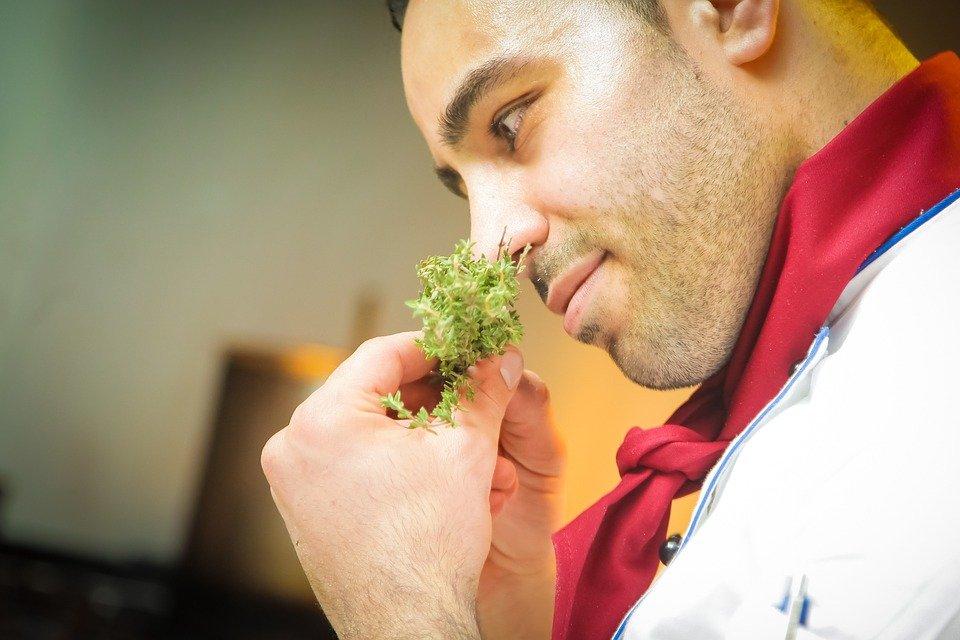 Chef olfateando comida. | Imagen: Pixabay