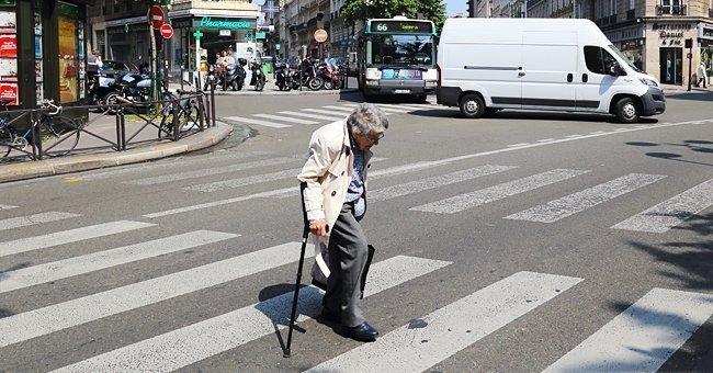 Mujer mayor cruzando la calle con un bastón en su mano.   Imagen: Shutterstock