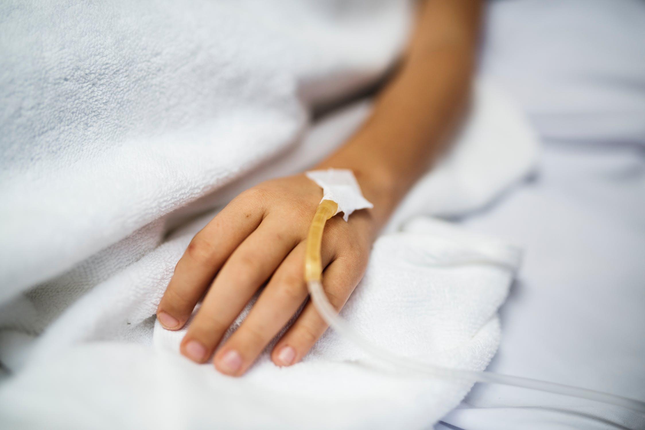 Niño en cama de hospital con cateter en brazo. | Imagen: Pexels