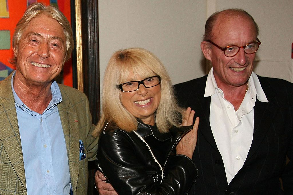 Pierre Cornette , Mireille Darc et son mari assistent au cocktail de pré-lancement d'Alain Delon à l'hôtel Richelieu le 11 octobre 2007 à Paris | Photo : Getty Images