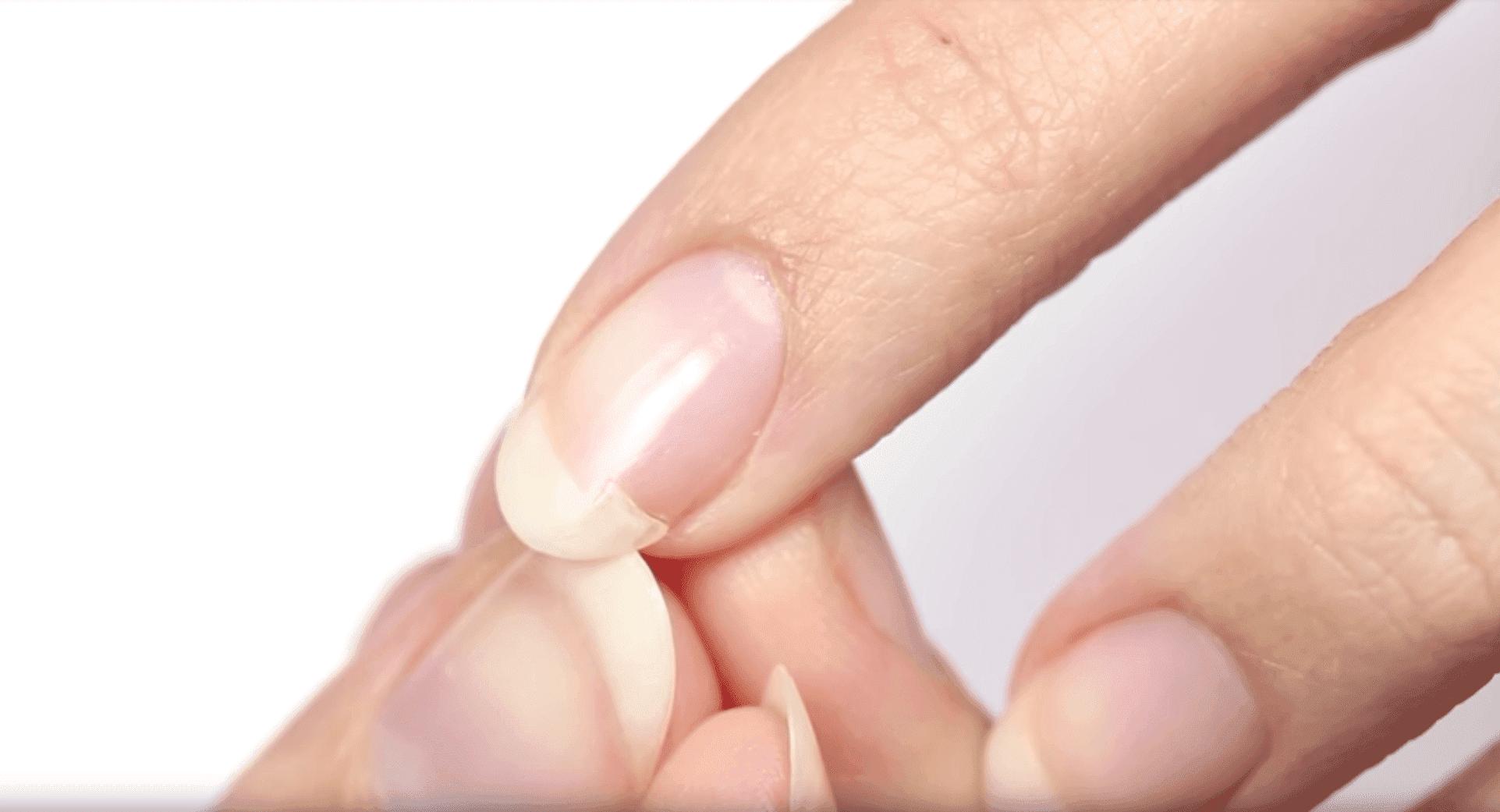 A broken nail. I Image: YouTube/ HannahRoxNails.