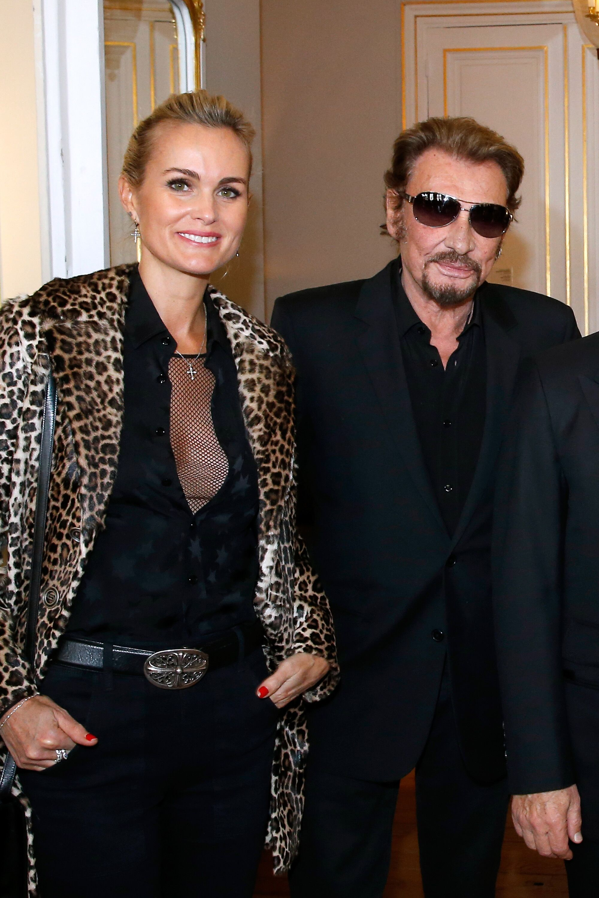 Johnny Hallyday et son épouse Laeticia assistent à Harvey Keitel qui reçoit la Médaille de Commandeur des Arts à Paris, France. | Photo : Getty Images