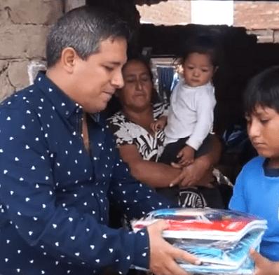 Alcalde entregando útiles escolares. | Imagen tomada de: Facebook/Municipalidad Distrital de Moche