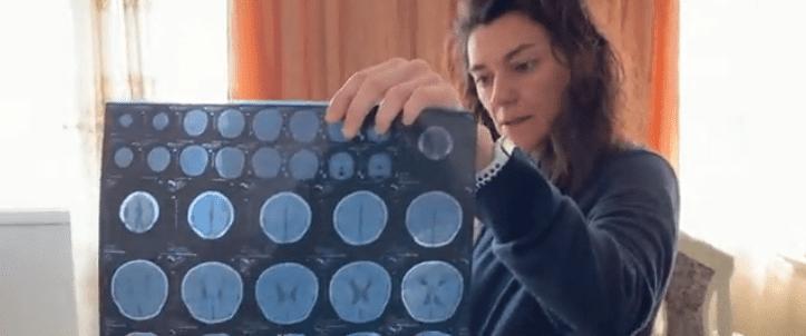 Madre viendo una radiografía. | Imagen tomada de: Antena 3