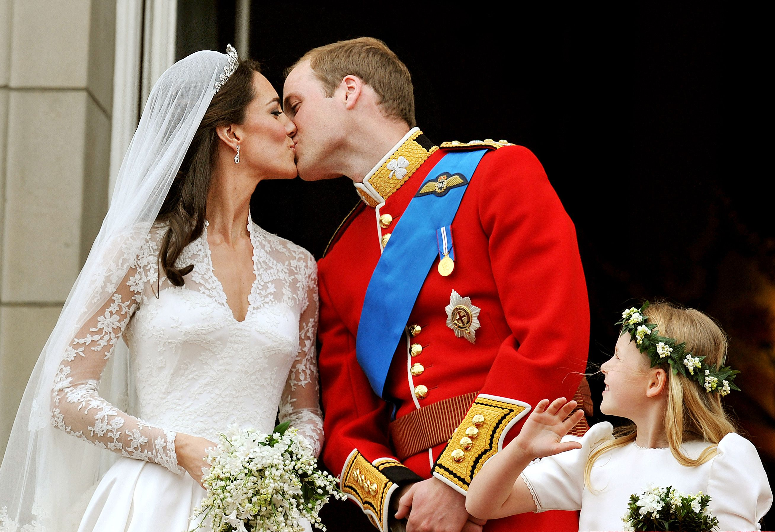 Duchess Kate and Prince William kiss on the balcony of Buckingham Palace after getting married on April 29, 2011, in London, England | Photo: John Stillwell - WPA/Getty Images