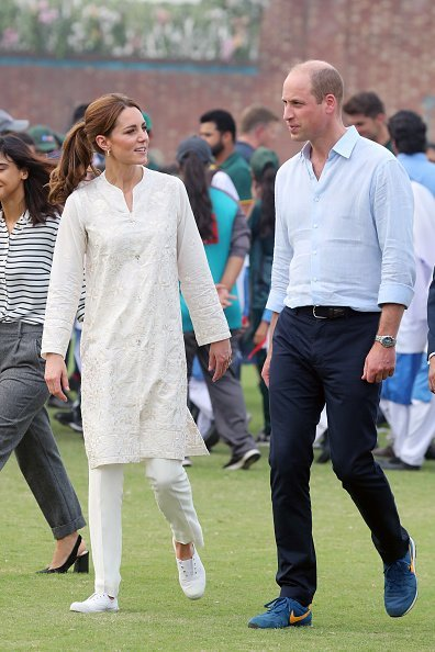 Catherine, Duchess of Cambridge and Prince William, Duke of Cambridge joke during their visit at the National Cricket Academy during day four of their royal tour of Pakistan  | Photo: Getty Images