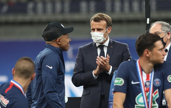 Emmanuel Macron s'est inquiété de la blessure de Kylian Mbappe, au Stade de France le 24 juillet 2020 à Paris, France. | Photo : Getty Images
