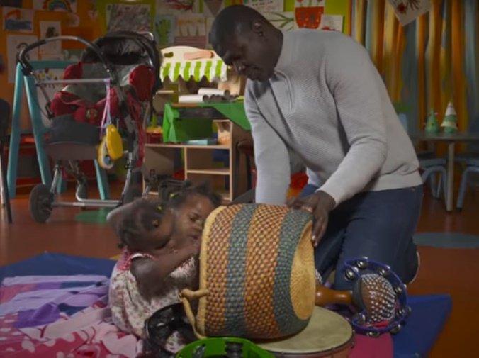 Ibrahima Ndiaye juega con sus hijas siamesas. | Foto:YouTube/BBC News