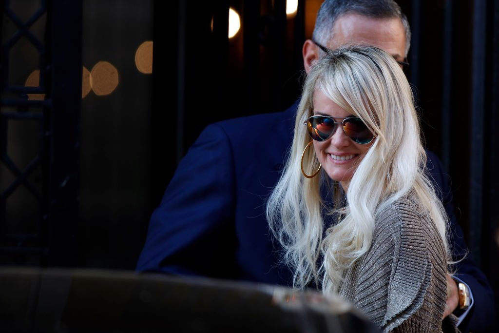 Laeticia Hallyday sort d'un rendez-vous avec son avocat Ardavan Amir-Aslani Avenue Montaigne à Paris, France le 9 octobre 2018. | Photo : Getty Images