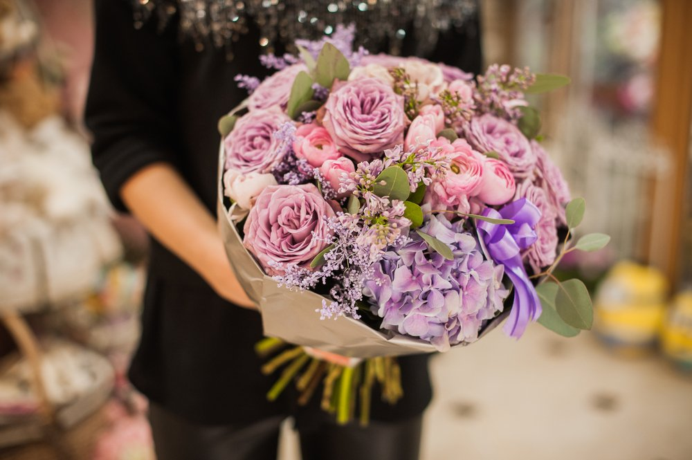 A woman holding a bouquet of flowers. | Photo: Shutterstock