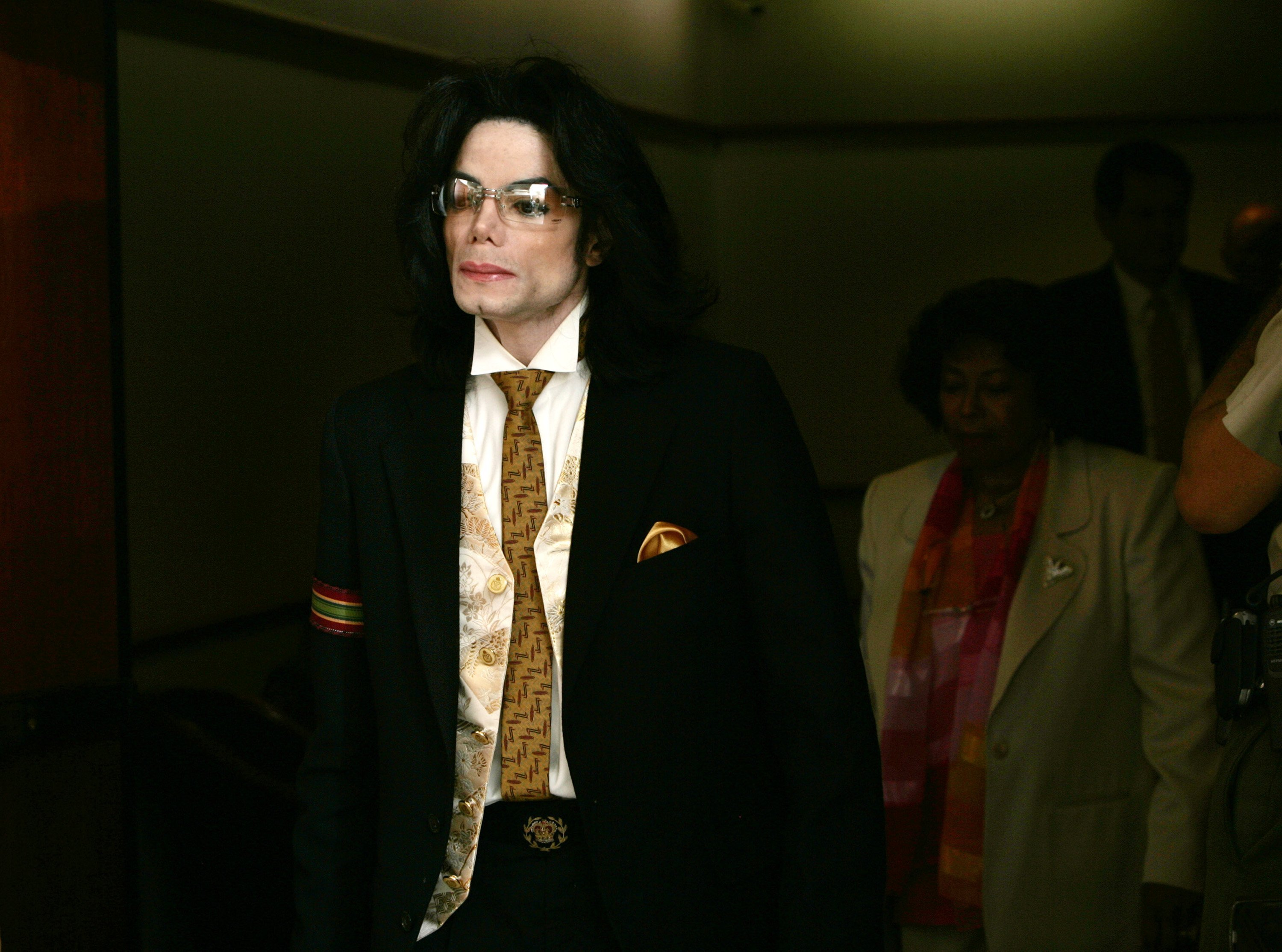 Michael Jackson leaving the courtroom of Santa Barbara County Courthouse on June 3, 2005 during the second day of closing arguments for his child molestation trial. | Photo: Getty