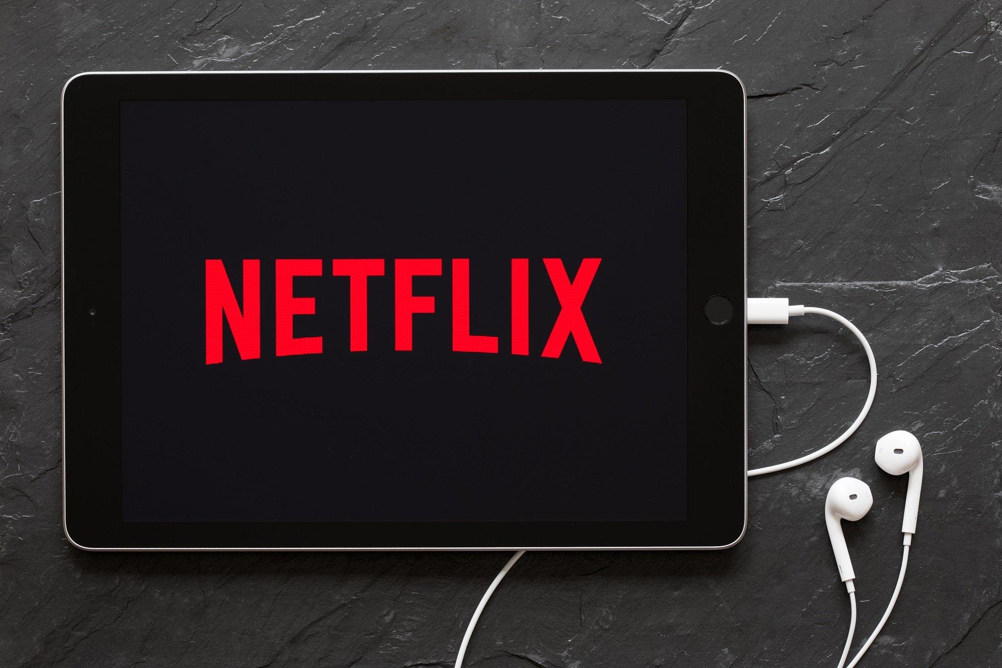 Tablet con aplicación de Netflix abierta. || Fuente: Shutterstock