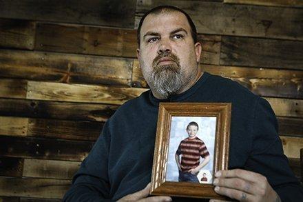 El padre de Aaron sosteniendo una imagen de su hijo | https://twitter.com/toledonews