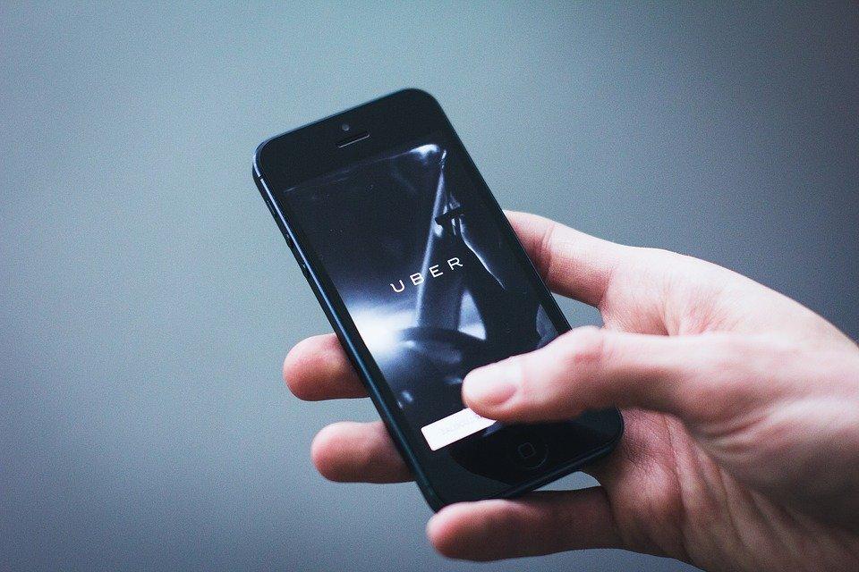 Un téléphone tenu dans une main | Photo : Pixabay