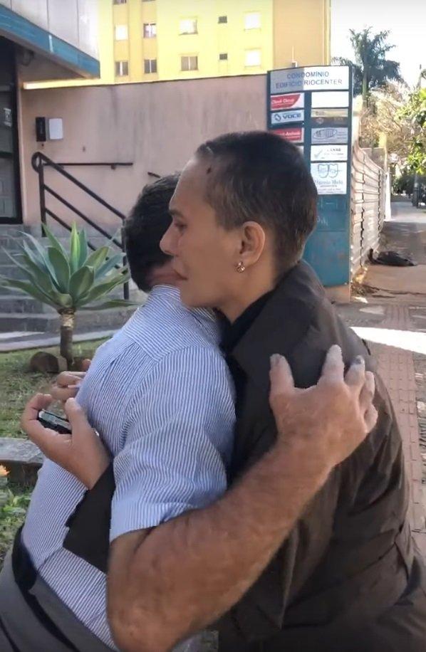 Margarete Mormul en un abrazo de agradecimiento a Celio Pereira.   Imagen: YouTube/Portal Pérola