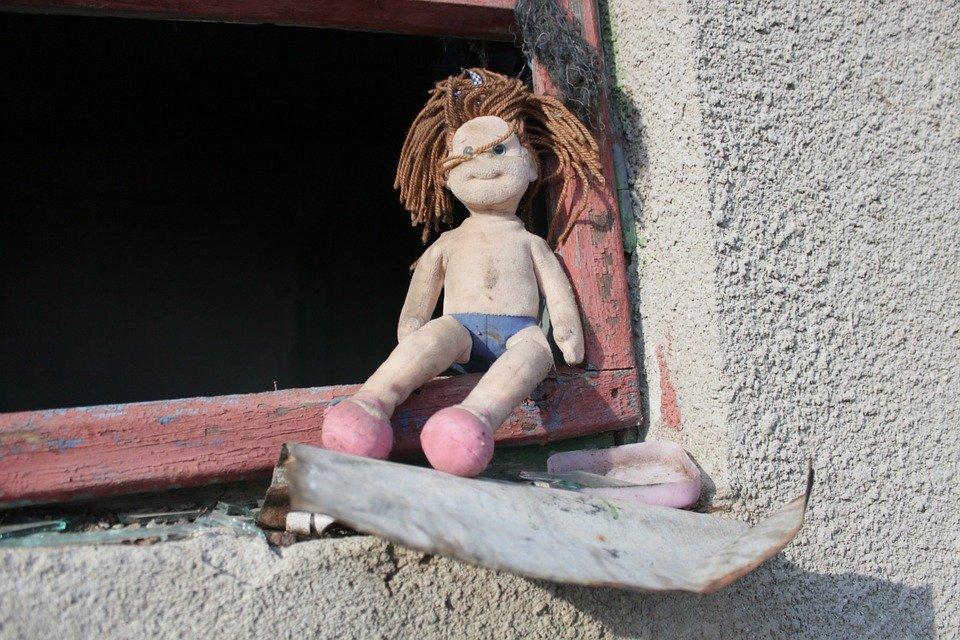 Muñeca abandonada en el marco de una ventana. | Imagen: Max Pixel