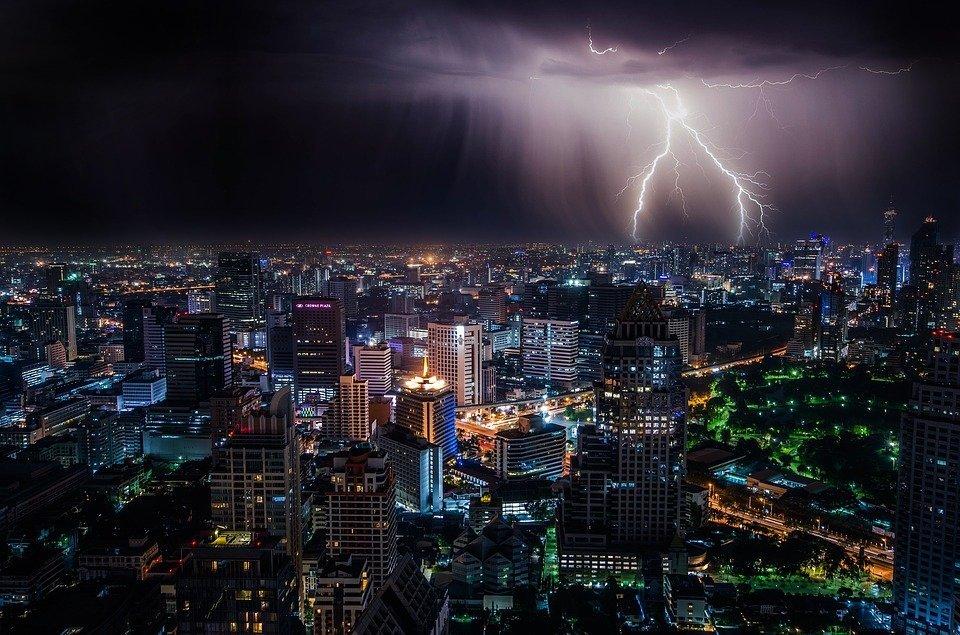 Ciudad tormentosa / Imagen tomada de: Pixabay