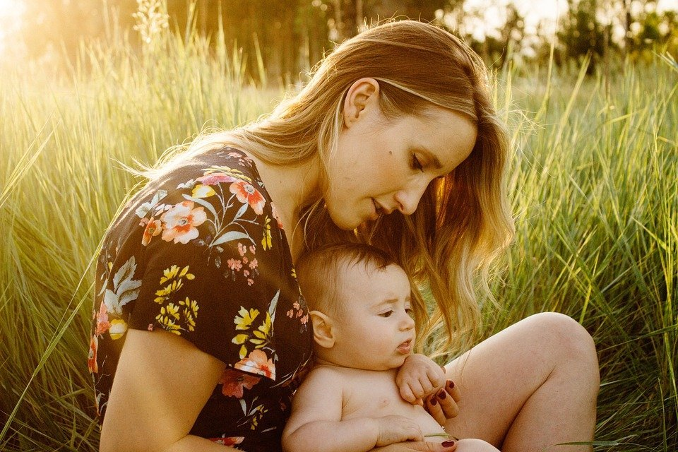 Madre con hijo / Imagen tomada de: Pixabay