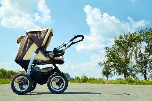 Cochecito de bebé en el jardín. | Foto: Shutterstock