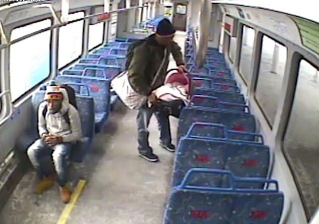 CCTV-Aufnahmen - Vater stellt Babysitz im Zug ab - Quelle: YouTube/ Associated Press