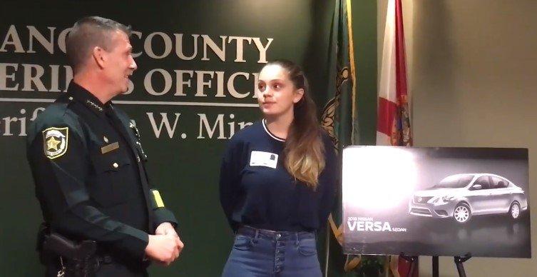 Samantha Rodriguez erhält Geschenk von Polizei | Quelle: Facebook/ Orange County Sheriff's Office, Florida