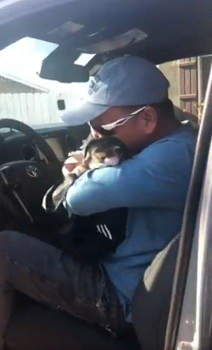 Hombre emocionado con su nueva mascota.| Imagen tomada de: Twitter/yvonnethebird12