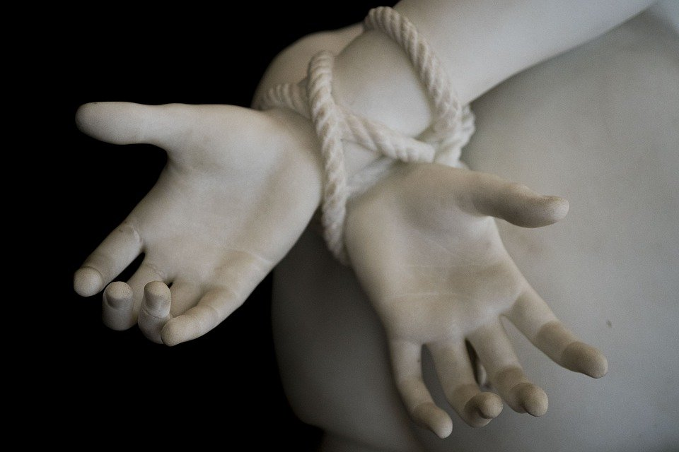 Mujer con manos atadas. Fuente: Pixabay